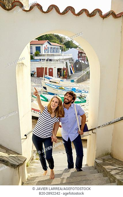 Couple, Port of Guethary, Aquitaine, Pyrenees Atlantiques, Basque Country, France, Europe