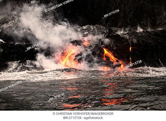 Pu?u ?O?o volcano, volcanic eruption, glowing hot lava flowing into the Pacific Ocean, Hawai?i Volcanoes National Park, Big Island, Hawaii, United States