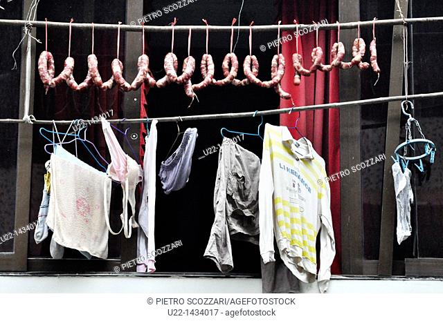 Yangshou (China): sausages and laundry drying by a window