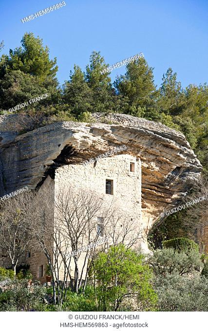 France, Vaucluse, Parc Naturel Regional du Luberon Natural Regional Park of Luberon, cave dwelling