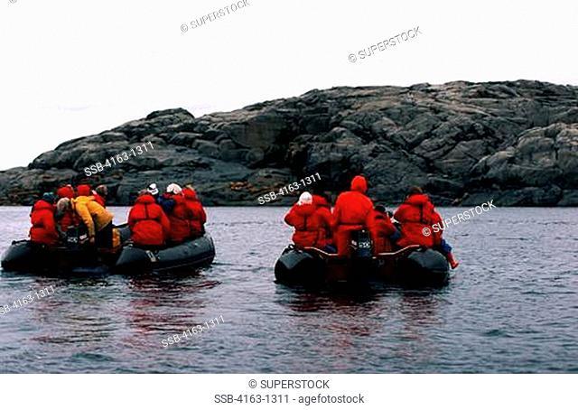 CANADA, NW TERRITORIES, HUDSON BAY, WALRUS ISLAND, TOURISTS IN ZODIAC BOATS WATCHING WALRUS