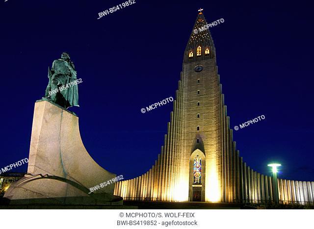 HallgrÝmskirkja at night, Iceland, Reykjavik