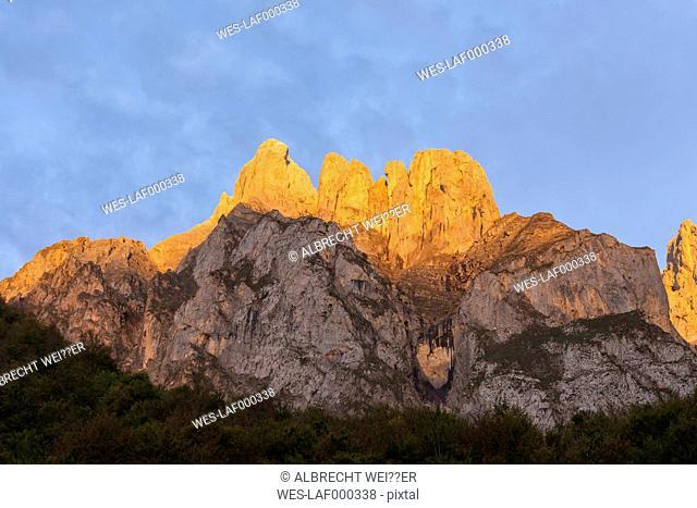 Spain, Cantabria, Picos de Europa National Park, Mountain massif Pena Remona in evening light