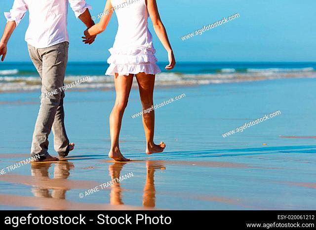 Paar beim Spaziergang im Urlaub