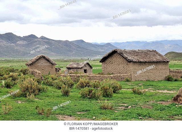 Simple huts in the Bolivian Altiplano highlands, Departamento Oruro, Bolivia, South America