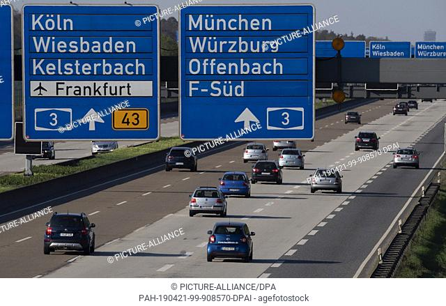 21 April 2019, Hessen, Frankfurt/Main: Car traffic flows smoothly on the A5 at the Frankfurter Kreuz interchange. With the end of the Easter holidays