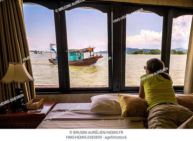Vietnam, Gulf of Tonkin, Quang Ninh province, Ha Long Bay (Vinh Ha Long) listed as World Heritage by UNESCO (1994), aboard a sampan of the Ha Long Bien Ngoc...