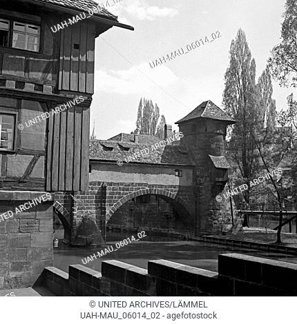 Am Ufer der Pegnitz in der Altstadt von Nürnberg, Deutschland 1930er Jahre. At the river Pegnitz in the old city of Nuremberg, Germany 1930s