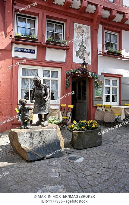 Restaurant with bronze figures in the street Unteren Markt-Strasse, Boppard, Rhein-Hunsrueck-Kreis district, Rhineland-Palatinate, Germany, Europe