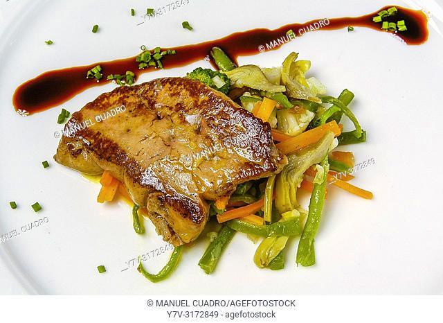 Foie a la plancha con menestra de verduras y reducción de su jugo y vinagre de Módena (Grilled foie with vegetable stew and reduction of its juice and vinegar...