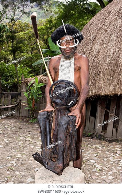 Dani chief presents a Kurulu mummy, Indonesia, Western New Guinea, Baliem Valley