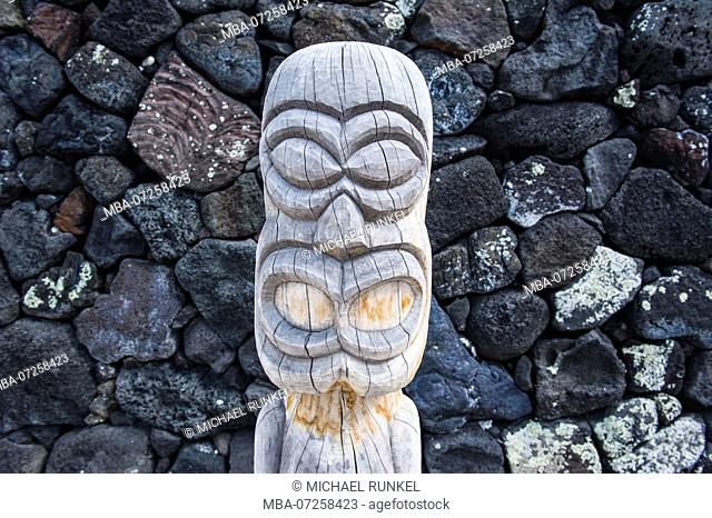 Wooden statue in Puuhonua o Honaunau National Historical Park , Big Island, Hawaii