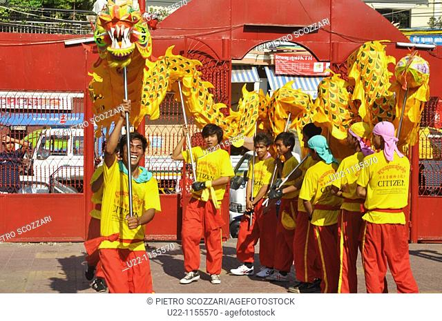 Phnom Penh (Cambodia): dragon dance at the temple by the Old Market during the celebration of the Chinese New Year of the Tiger