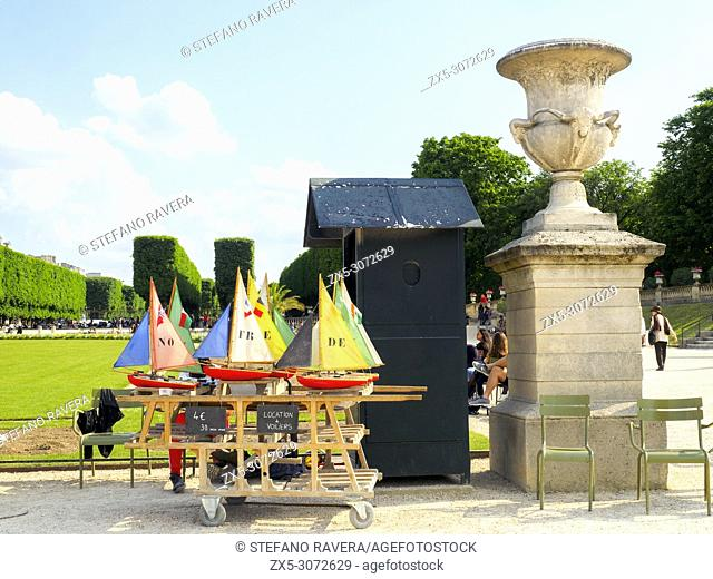 Sailing ships rental in the Luxembourg Gardens - Paris, France