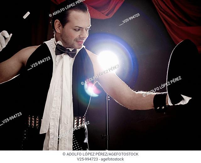 Mago actuando en el circo