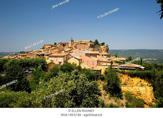 The hilltop ochre coloured village of Rousillon, Vaucluse, Provence, France, Europe