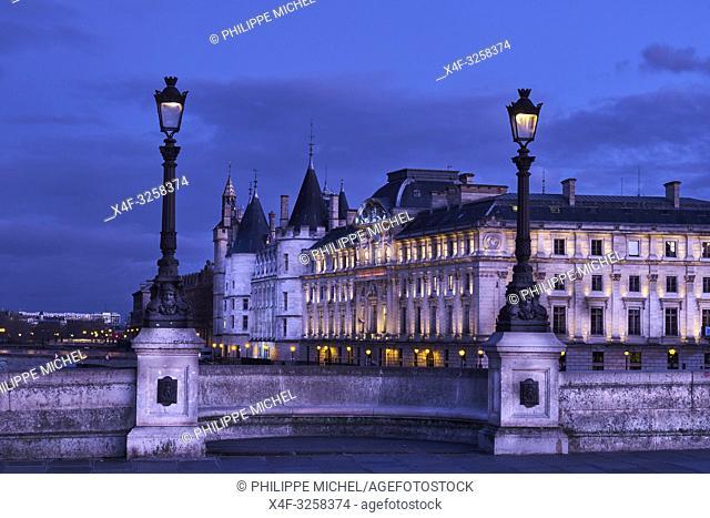 France, Paris, Seine river bank, Pont Neuf bridge and Conciergerie
