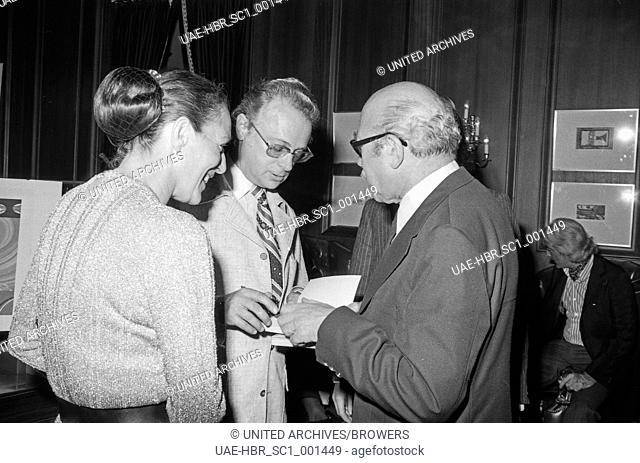 Prof. Wolfgang Hütter (Hintergrund rechts) und Ephraim Kishon in München, Deutschland 1970er Jahre. Professor Wolfgang Huetter (back right) with Ephraim Kishon...