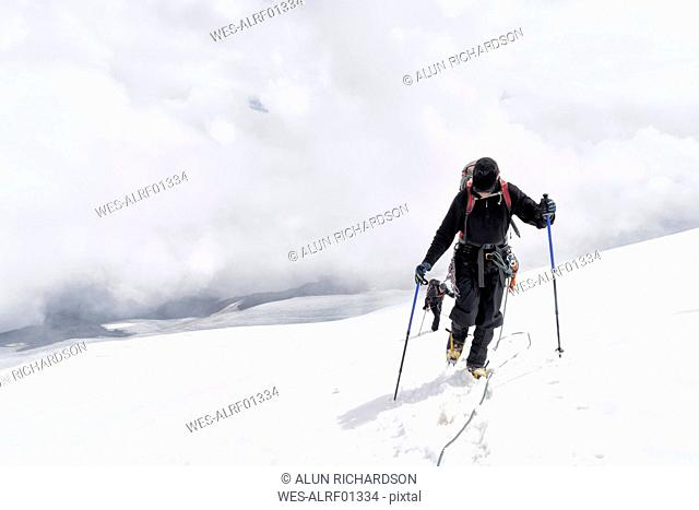Russia, Upper Baksan Valley, Caucasus, Mountaineers ascending Mount Elbrus
