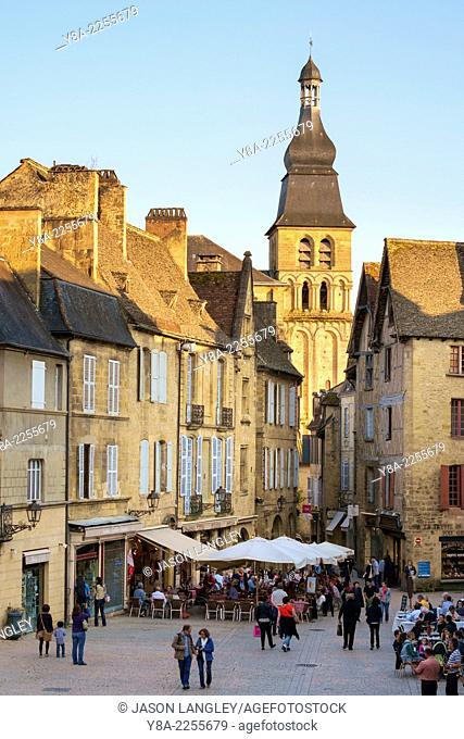 Tower of Cathédrale Saint-Sacerdos and old houses on Place de la Liberté in late afternoon, Sarlat-la-Canéda, Dordogne Department, Aquitaine, France