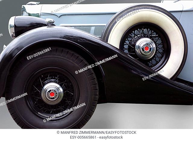 Detailed side view of the oldie Packard