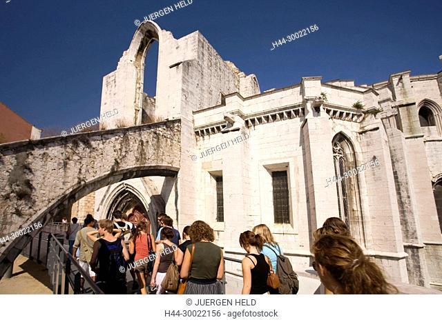 Portugal, Lisbon, Convento do Carmo memorial ruin for earthquake 1775, tourist group | Konvent do Carmo, Ruine zum Gedenken an Erdbeben 1775 , Touristengruppe