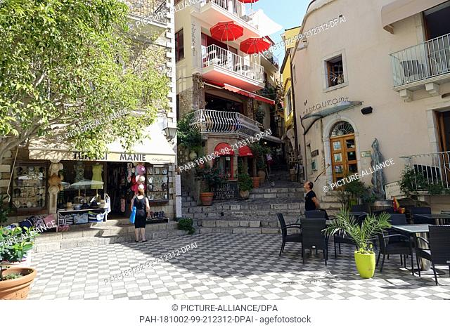 06 September 2018, Italy, Castelmola: 06 September 2018, Italy, Castelmola: Restaurants and souvenir shops in Piazza Duomo in the mountain village of Castelmola