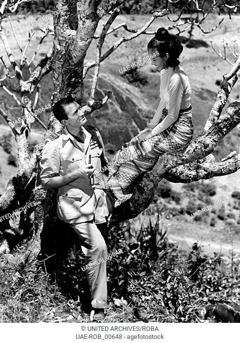 """Gregory Peck und Win Min Than während einer Drehpause am Filmset von """"""""Flammen über Fernost"""""""", 1954. Having a break at the film set of """"""""The Purple Plain"""""""""""