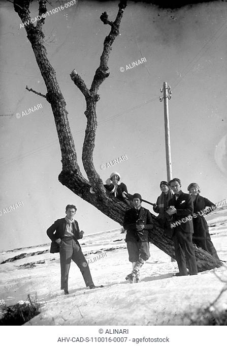 Portrait of a group posing near a tree in a snowy landscape, Poppi, shot 01/01/1922 by Monteverde, Aurelio