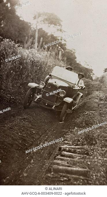 Album Viagem no Alto Paranà: travelers with their cars, shot 02/1924
