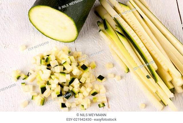 Frische Zucchini im ganzen in julienne streifen und in brunoise würfeln geschnitten