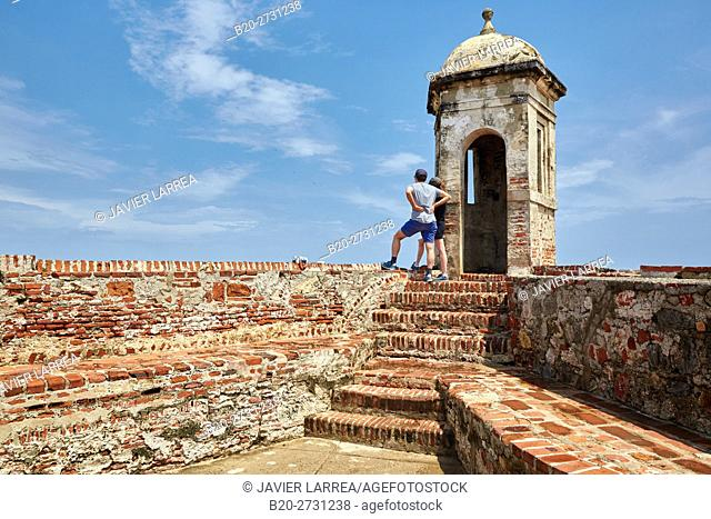 Colombia, Bolivar, Cartagena de Indias, Two people sightseeing Castillo de San Felipe de Barajas