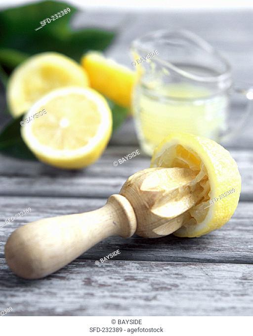 Squeezed lemon, lemon juice and lemon halves (1)