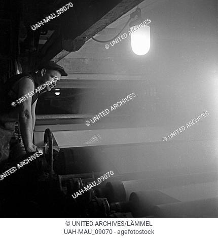 Arbeiter in einer Fabrik zur Herstellung von Cellophan, Deutschland 1930er Jahre. Workers at a factory producing cellophane, Germany 1930s