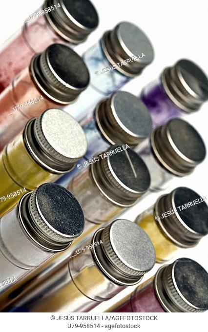 Bodegón de tubos de ensayo  con pigmentos de colores