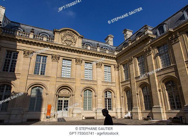 COURTYARD OF THE HOTEL DE SAINT-AIGNAN, 17TH CENTURY PRIVATE TOWN MANSION, MUSEUM OF JEWISH ART AND HISTORY, 3RD ARRONDISSEMENT, PARIS (75), ILE-DE-FRANCE