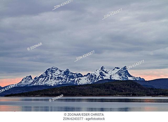 Von Ulvsvag aus genießt man den grandiosen Blick über den Presteidfjorden auf die schneebedeckten Berge der Halbinsel Hamaroy