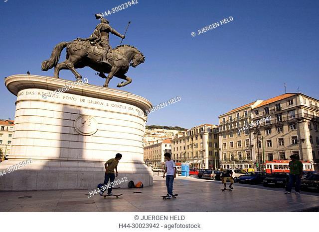 Portugal, Lisbon, Praca da Figueira , statue of Dom Jao I, scater