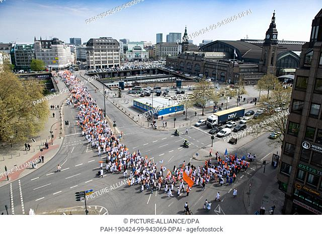 24 April 2019, Hamburg: Hundreds of doctors demonstrate for more money and to secure their collective agreement. The doctors' union Marburger Bund had called...