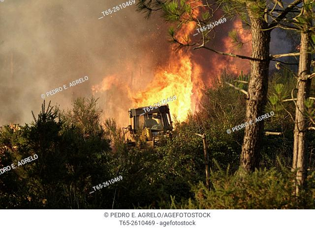 Cutting a firebreak. Forest fire in the Serra do Careon, Province of Lugo, Galicia, Spain (09/08/2015)