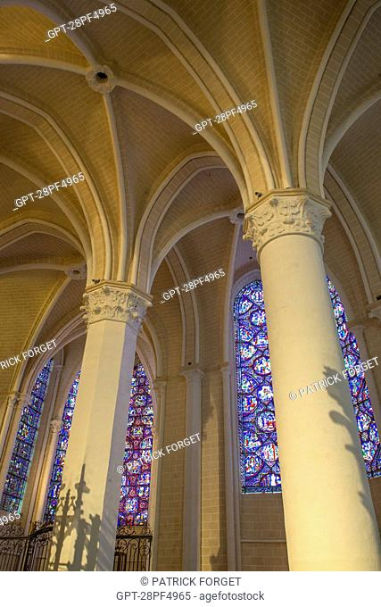STAINED GLASS, COLUMNS AND VAULTING IN THE SIDE AISLE, INTERIOR OF THE OUR LADY OF CHARTRES CATHEDRAL, LISTED AS A WORLD HERITAGE SITE BY UNESCO