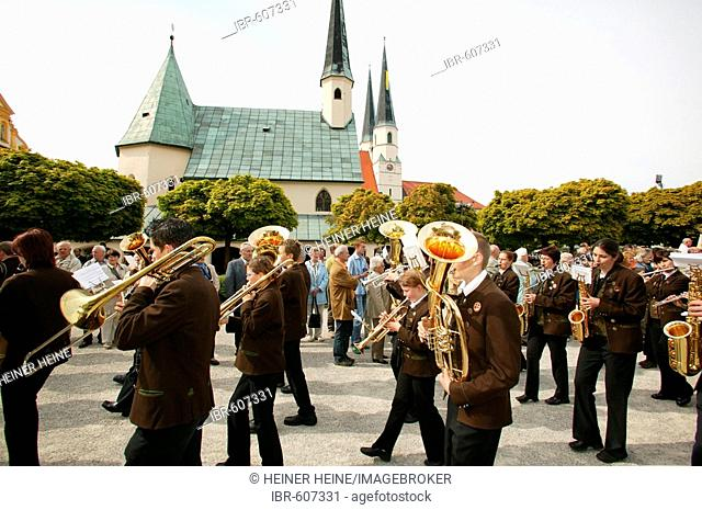 Brass band accompanying pilgims as they circle the Gnadenkapelle (chapel) in Altoetting, Upper Bavaria, Bavaria, Germany, Europe