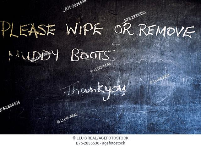 """""""Please wipe or remove muddy boots"""" message in a pub's blackboard. Starbotton, Skipton, Yorkshire Dales, North Yorkshire, England, UK"""