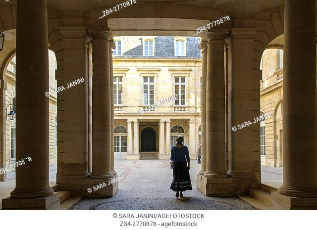 Historic building in the Cours du Chapeau-Rouge, the most 'royal' street, UNESCO World Heritage site, Bordeaux, Aquitaine, France, Europe