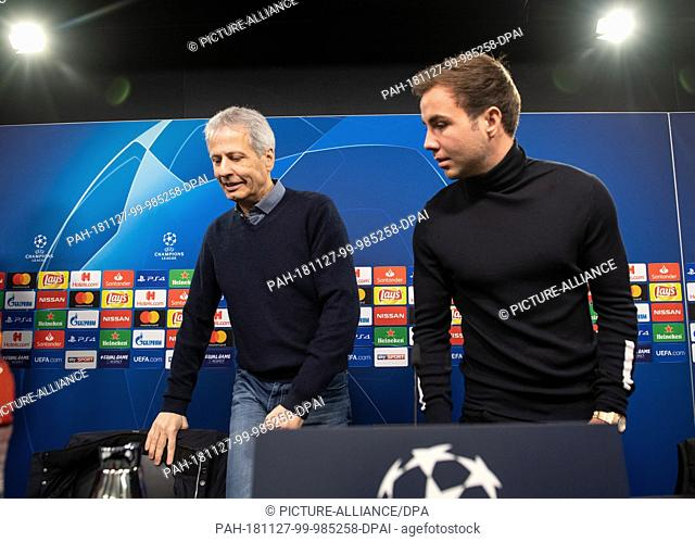 27 November 2018, North Rhine-Westphalia, Dortmund: Soccer: Champions League, before the 5th matchday. Borussia Dortmund coach Lucien Favre (l) and his player...