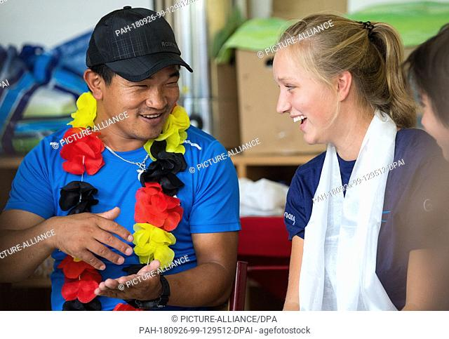 15 August 2018, Saxony, Görlitz: Machhindra Rai, a guest from the village of Pelmang in Nepal, and student Laura Richter talk at a meeting at...