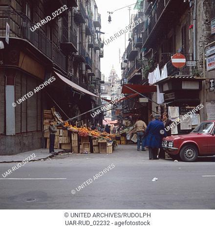Markt nahe der Porta Felice von Palermo, Sizilien, Italien 1970er Jahre. Market near the Porta Felice of Palermo, Sicily, Italy 1970s
