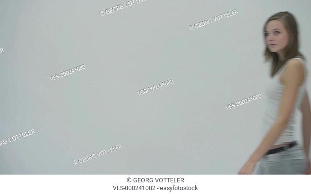 Junge sexy Frau posiert vor der Kamera