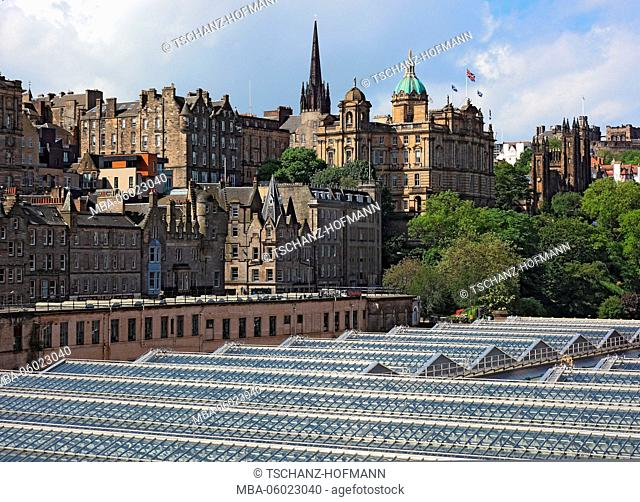 Scotland, Edinburgh, view of the old town and the castle, the main station 'Waverly station' in the foreground