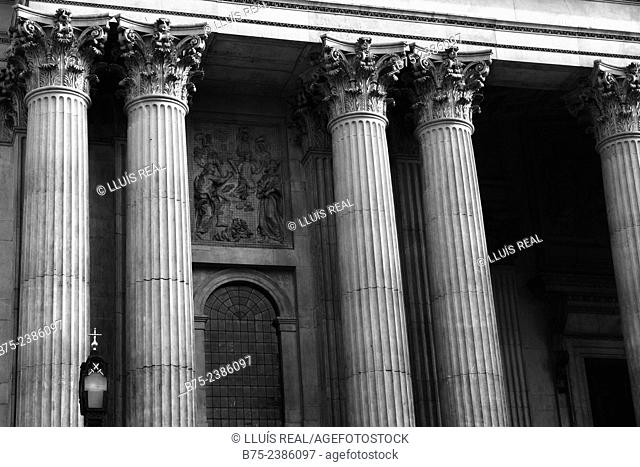 Corinthian columns of classical architecture of the Saint Paul Cathedral, city of London, Enland, UK